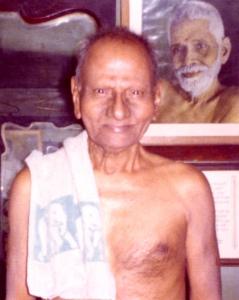 Hindu_Nisargadatta_Maharaj_standing_in_room_RM_photo_smaller