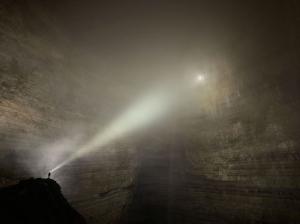 6674940-grand-format-ils-explorent-des-grottes-geantes-en-chine